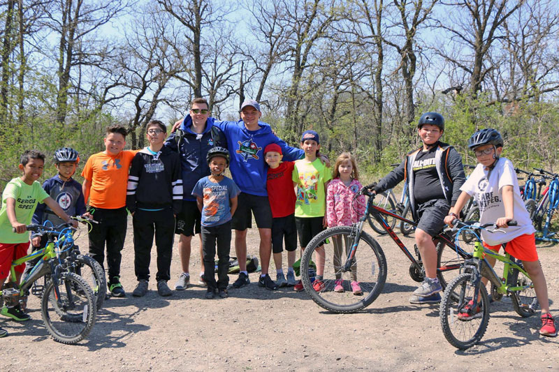 https://campmanitou.mb.ca/wp-content/uploads/2019/01/biking-groupphoto.jpg
